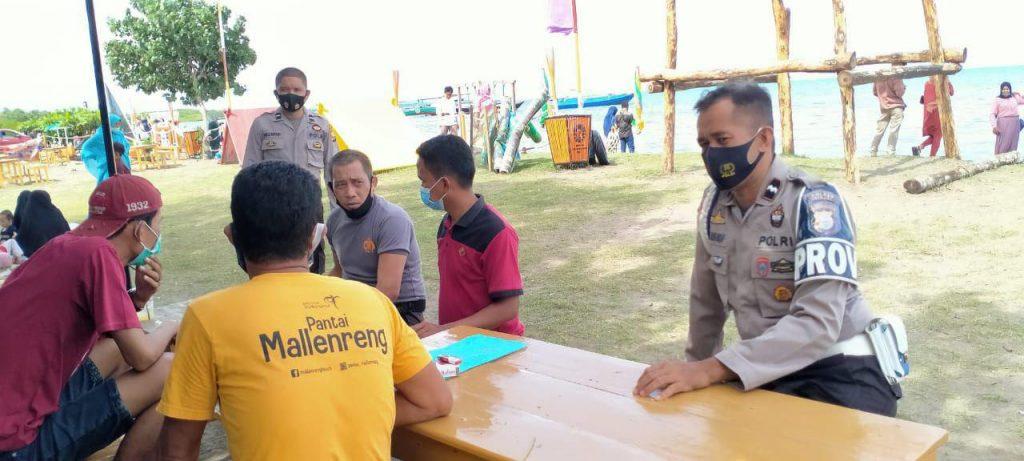 Ops Yustisi Personil Polsek Sinjai Timur Imbau Warga Terapkan Protokol Kesehatan Diobyek Wisata Pantai Mallenreng